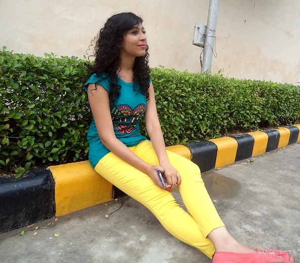 summer outfit of the day yellow denims blue top