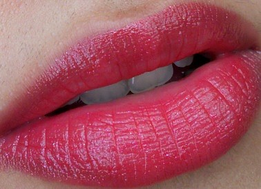 L'oreal Paris Glam Shine Balmy Gloss (Lip Crayon) 909 Pomegranate Punch- Swatch on lips