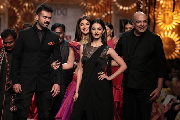 shilpa shetty harman baweja at wills lifestyle india fashion week aw14 day1 tarun tahiliani
