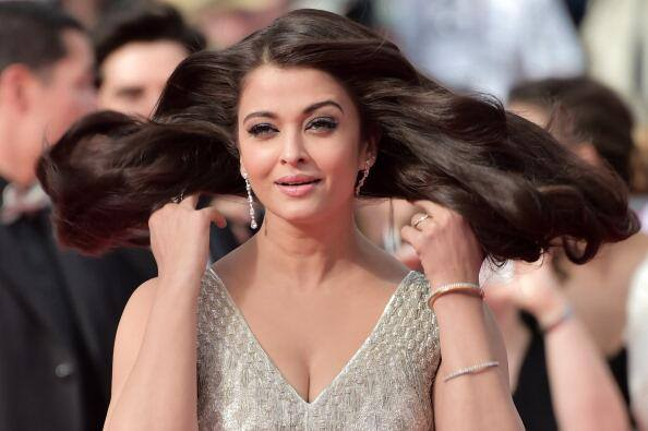 Aishwarya Rai Bachchan caught in funny pose cannes 2014