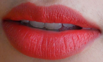 LOreal Paris Color Riche Moist Matte Lipstick Flaming Kiss review lip swatch
