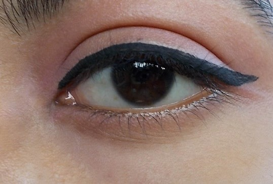 Lakme-9-to-5-Black-Impact-Liner-Review-swatch