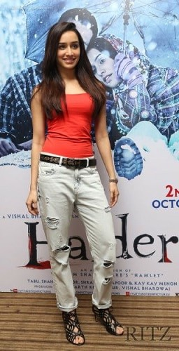 Shraddha-Kapoor-bollywood-actress-rocking-the-ripped-jeans-trend