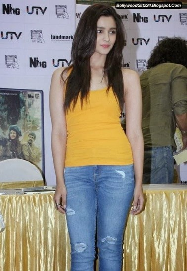 alia-bhatt-bollywood-actress-rocking-the-ripped-jeans-trend
