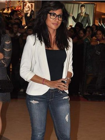 chitrangadasingh-bollywood-actress-rocking-the-ripped-jeans-trend