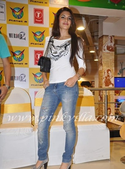 jacqueline-bollywood-actress-rocking-the-ripped-jeans-trend