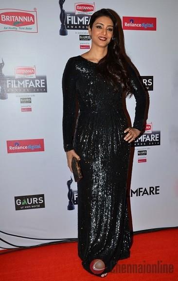 tabu-dress-filmfare-awards-2015