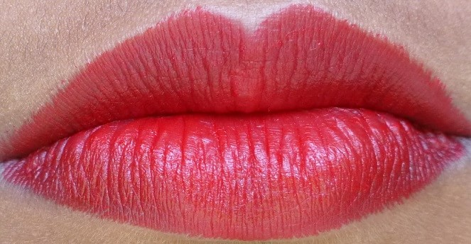 Lakme-Absolute-Red-Rush-Sculpt-Studio-Hi-Definition-Matte-Lipstick-review-swatch-lips