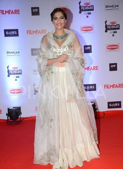 Sonam-Kapoor-Filmfare-Awards-2016-dress