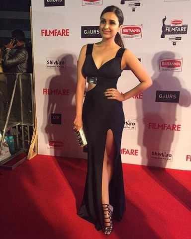 parineeti-chopra-hot-filmfare-awards-2016-dress