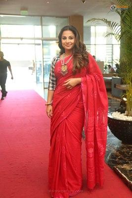 top-bollywood-divas-in-sarees(10)